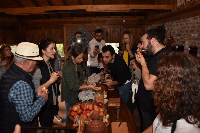 """Her karış toprağından bereket fışkıran Balıkesir'in verimli ovalarında otlayan hayvanlarının sütüyle geleneksel usulle mayalanan peynirlerinin kayıt altına alındığı dünya birincisi seçilen """"50 Peynirli Şehir Balıkesir"""" kitabının lansmanına Türkiye'nin önde gelen; gastronomi uzmanları, şefleri ve gastronomi yazarları katıldı."""