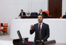 """CHP Balıkesir Milletvekili ve Genel Başkan Başdanışmanı Ahmet Akın, benzin ve motorine """"gizli zam"""" yapıldığını söyledi. Ahmet Akın, """"Bazı dağıtım şirketleri, birkaç aydır benzin ve motorine 1'er ya da 2'şer kuruşluk zam yapıyor"""" dedi."""