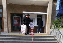 Türkiye' de ilk koronavirüs ( COVİD – 19 ) vakasının görülmesinin üzerinden 23 gün geçti. İlk günden bu yana salgının büyümesini önlemek için çalışmalarını aralıksız sürdüren Sındırgı Belediyesi ekipleri her geçen gün denetim ve önlemlerini de arttırıyor.Denetim, dezenfekte çalışmalarını aralıksız sürdüren ekipler özellikle market ve bankalar önünde oluşan kuyruklarda vatandaşların sosyal mesafelerini korumaları adına da çalışmalar gerçekleştiriliyor.