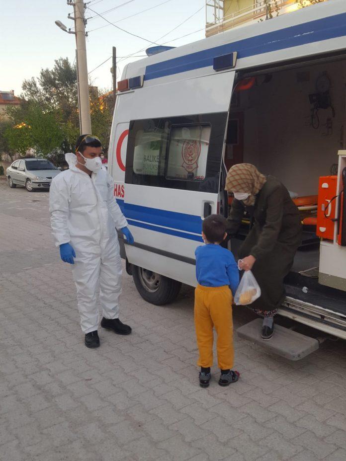 Balıkesir Büyükşehir Belediyesi, koronavirüs tedbirleri kapsamında İçişleri Bakanlığı tarafından Zonguldak ve 30 büyükşehirde uygulanan hafta sonu sokağa çıkma yasağı sebebiyle gerekli hazırlıklarını yaparak vatandaşların ihtiyaçlarını karşıladı. Vatandaşa hizmet noktasında 7/24 görev başında teyakkuzda bekleyen belediye ekipleri, Büyükşehir Belediyesi öncülüğünde kurulan ve 20 ilçe belediyesinin de dahil olduğu Balıkesir Afet Koordinasyon Merkezi (BAKOM) ile koordineli bir şekilde çalışarak ihtiyaç duyan vatandaşların hizmetine koştu.
