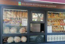 40 yıllık tecrübesiyle Balıkesir halkına sağlıklı ve ucuz ekmek yedirmeyi ilke edinen Balıkesir Büyükşehir Belediyesi İştiraki Fırıntaş, Koronavirüs (Covid-19) salgını önlemleri kapsamında ürettiği diğer ekmeklerde olduğu gibi 350 gramlık somun ekmeği de ambalaja soktu.