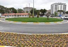 GAR YOLU YEŞİLE BÜRÜNDÜ Cengiz Topel Caddesi ile Gümüşçeşme Mahallesi'ndeki Mustafa Tepmeci Meydanı'nı birbirine bağlayan Devlet Demir Yollarının hemen arkasında bulunan ve 726 metrelik alanda 20 metre genişliğinde çift geliş gidişli yolda; bisiklet yolu, yol çizgileri, levhalama, aydınlatma direklerinin montajı, kilit parke, bordür işlemleri otomatik sulama sistemi tesisatı montajı gerçekleştirildi. Çınar, ıhlamur, diş budak ağacı, sedir ağacı, dicle hatmi ağacı, kurtbağrı, leylandi çit bitkileri, abelia, nandina, taflan, helezon mavi servi ile yol güzel bir görünüme kavuştu.