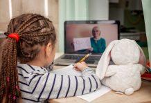 """Koronavirüs pandemisi çocukların ekran sürelerini önemli ölçüde artırdı. """"Dijital Medya ve Çocuk"""" projesini yürüten BİLGİ Medya Bölümü Başkanı Dr. Öğr. Üyesi Esra Ercan Bilgiç'e göre dijital medya kullanımında 12 yaş sınırı çok önemli. Bilgiç, yapılan bir ankette pandemi öncesine göre çocuklarda ekran süresi yüzde 500 arttı diyor"""