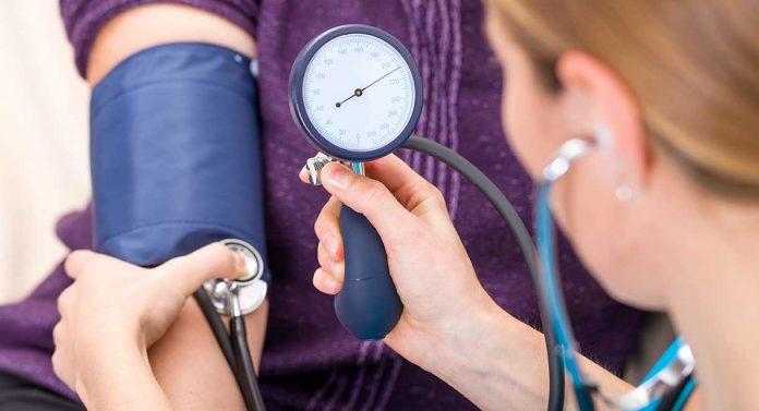 Yaz mevsiminin tam anlamıyla hissettiğimiz bugünlerde uzmanlar, sıcaklarda kalbin daha çok kan pompalamasından kaynaklı, hipertansiyonu olan bireylerin dikkatli olmaları yönünde uyarıyor. Normal bireylere göre felç geçirme riski 7 kat fazla olan bu kişilerinin kontrol altında olmaları gerekiyor. Aksi takdirde ise kalp krizi, inme (felç), kalp, böbrek yetmezliği, görme bozuklukları ve aort damarında genişleme, yırtılma gibi birçok sağlık sorunu ortaya çıkabilir. Peki, dikkat edilmesi gereken noktalar nedir?