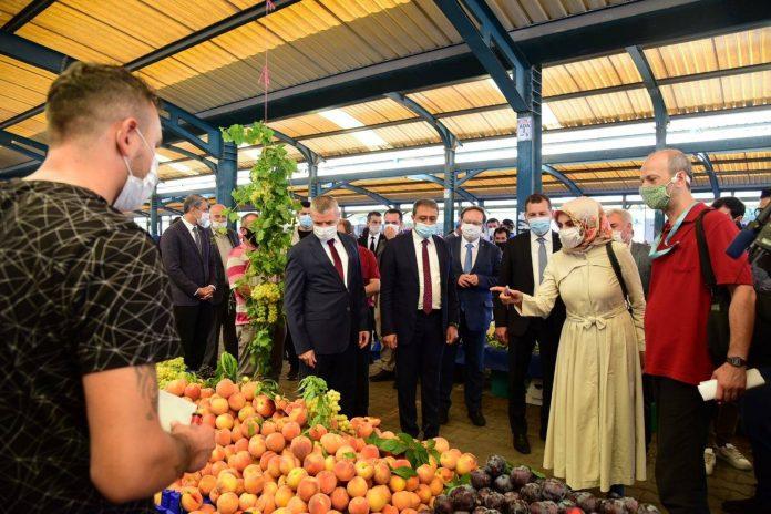 İçişleri Bakanlığı'nın koordinasyonunda Covid-19 tedbirleri kapsamında Karesi'de Vali Hasan Şıldak'ın katılımıyla semt pazarı ve işyerlerinde denetimler gerçekleştirildi.
