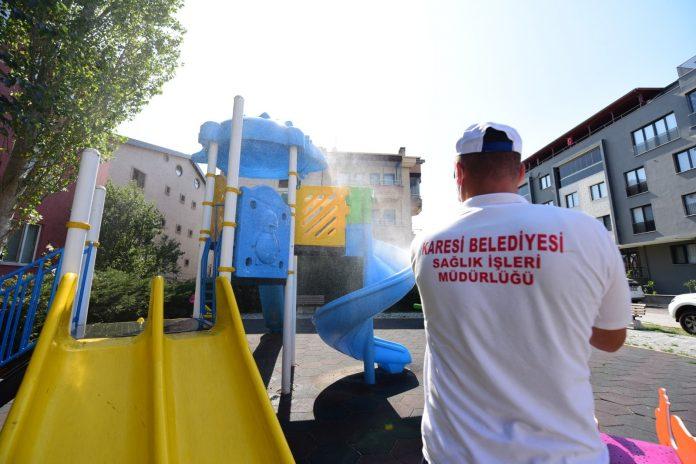 Karesi Belediyesi pandemi ile mücadele çalışmaları kapsamında dezenfeksiyon çalışmalarını ara vermeden sürdürüyor.
