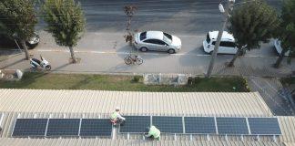 YILDA 700 BİN KİLOVAT ENERJİ ÜRETİLECEK Yapılan fizibilite çalışmaları doğrultusunda Karizma Pazar Yeri çatısı üzerine 450 kilovatlık güneş enerjisi santrali (GES) kurulacak. Yaklaşık 3 milyona mal olacak santralde; bin 650 fotovoltaik panel çalışarak yılda 700 bin kilovat elektrik üretilmesi öngörülüyor. Büyükşehir Belediyesi'nin sadece bu santralden ürettiği enerji, 2 bin 800 hanenin bir aylık tüketimine denk geliyor.