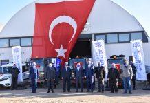 """ÖZKAYNAKLAR KULLANILARAK ALINDI Devlet Malzeme Ofisi'nden 3 Milyon Türk Lirasına yakın bir maliyetle temin edilen araçlar, Altıeylül Belediyesi'nin kendi imkânlarıyla alınarak hizmete sunuldu. Özsermayenin kullanıldığı araç alımıyla ilgili de konuşan Başkan Avcı """"Bu araçlarımızı alırken herhangi bir şekilde kredi kullanmadan kendi imkânlarımızla, özsermayelerimizle almış olduk. Geldiğimiz günden bugüne milletimizin hizmetkârı olmak için elimizden gelen gayreti sarf ediyoruz. Bugün de inşallah bu aldığımız araçlarla ilçemize daha güzel hizmetleri yapmaya Mevlam bizi vesile kılsın"""" dedi. Araç teslim töreni sırasında Başkan Avcı'ya eşlik eden Altıeylül AK Parti İlçe Başkanı Ömer Munis yeni araçlarla ilgili """"Borçlanmadan öz kaynaklarla temin edilmesi bir kere çok önemli ve özellikle 3 tane küçük yol süpürme aracının ihtiyacımız olan dar sokaklara girebilecek olması bizi daha da mutlu etti. Daha yaşanabilir bir Altıeylül için Hasan Başkanımız çalışıyor; biz de birlikteyiz, el eleyiz. Şehrimize hayırlı uğurlu olsun"""" şeklinde konuşarak memnuniyetini dile getirdi."""