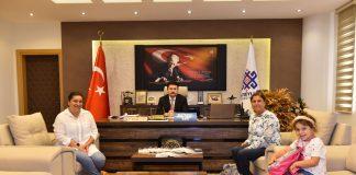 """Altıeylül Belediye Başkanı Hasan Avcı, Balıkesir'e ve Balıkesirlilere değer katan İbrahim Ergül'ün ailesini makamında ağırlayarak Ergül'ün kaleminden hatıraların derlendiği ve Altıeylül Belediyesi'nce basımı üstlenilerek yayınlanan """"El Kapıları Vatan Oldu"""" isimli eseri kendilerine takdim etti."""